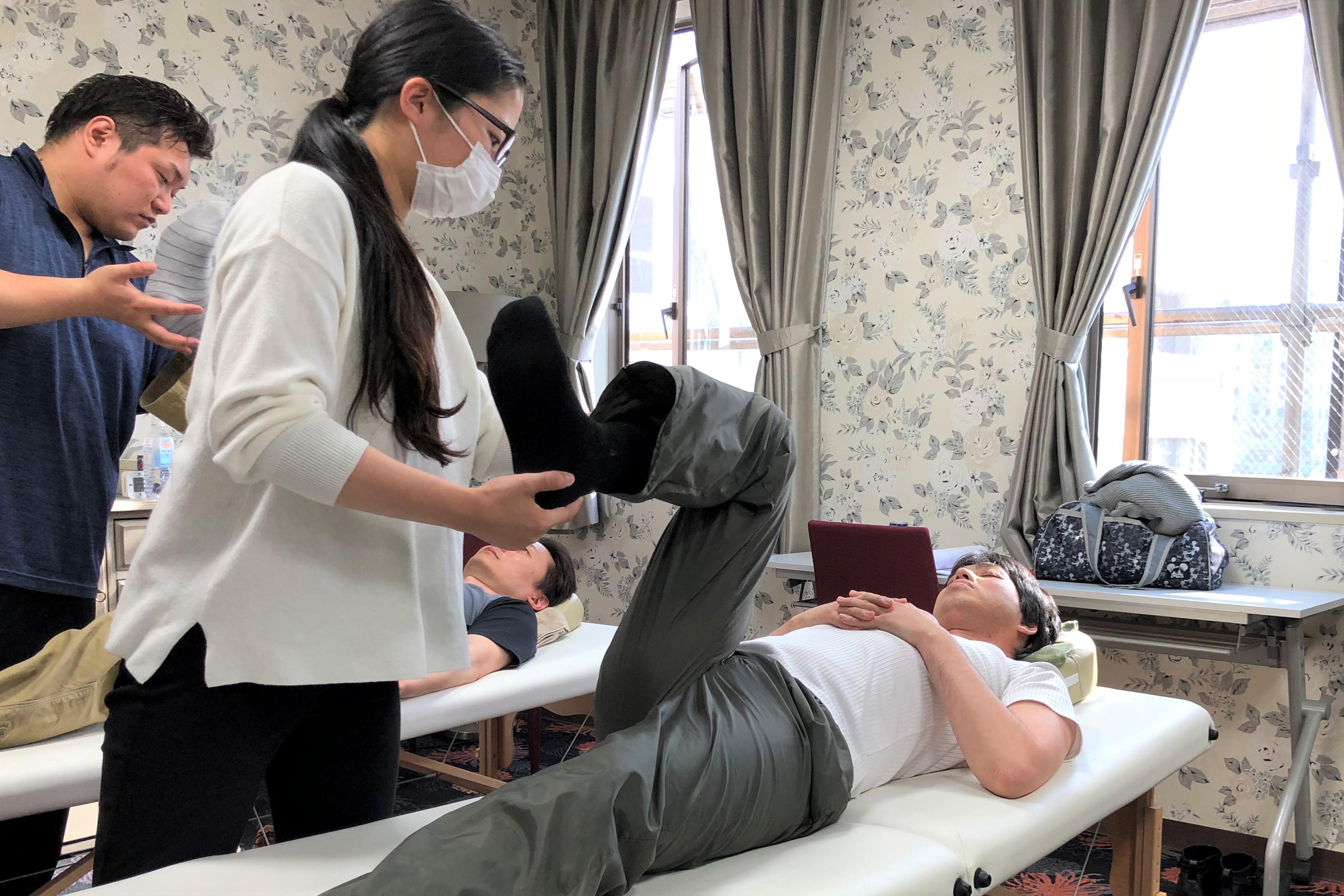 AKSセミナー初日、AKA仙腸関節評価法の練習